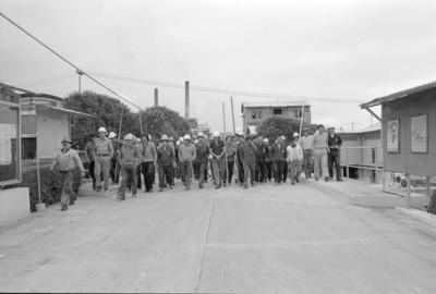 Obreros caminan en instalaciones de la fábrica de papel San Rafael