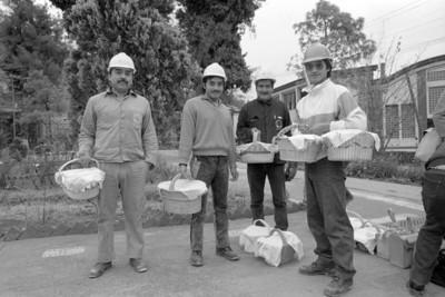 Obreros en el patio con canastas para el almuerzo, exterior de la fábrica de papel