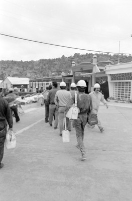 Trabajadores llevan sus almuerzos en canastas al interior de la fábrica