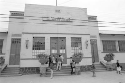"""Niños a la entrada de la """"Escuela Benito Juárez"""" en el poblado de San Rafael"""