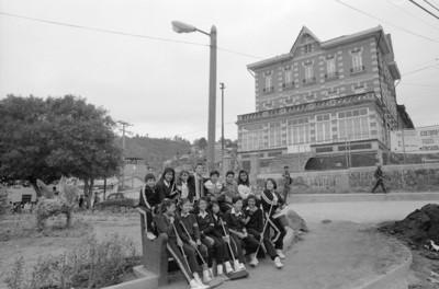 Estudiantes en jardín público, al fondo el antiguo Casino-Hotel de la fábrica San Rafael