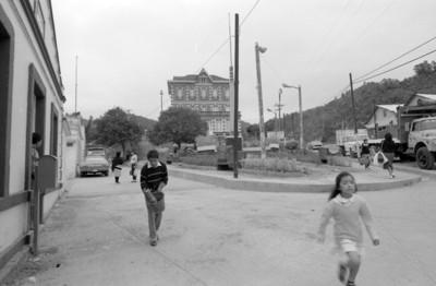 Vida cotidiana en San Rafael, al fondo el antiguo Hotel Cosmopolita
