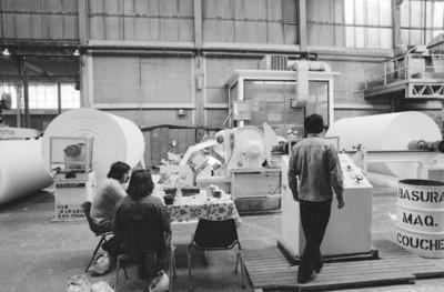 Obreros frente a maquinaria, bobinas con papel couche laminado, fábrica San Rafael
