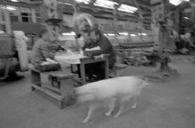 Obreros realizan labores en mesa de trabajo