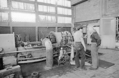 Hombres trabajan en cuarto del generador eléctrico de la fábrica San Rafael