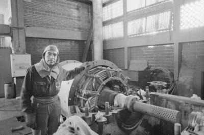 Obrero junto a maquinaria a su cargo, fábrica San Rafael