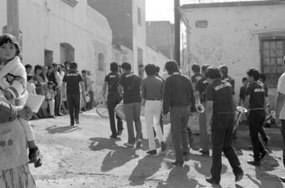 Banda de guerra desfila por una calle en Miraflores