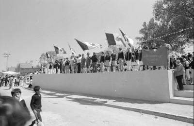 Escoltas de banderas en una plaza pública de Miraflores
