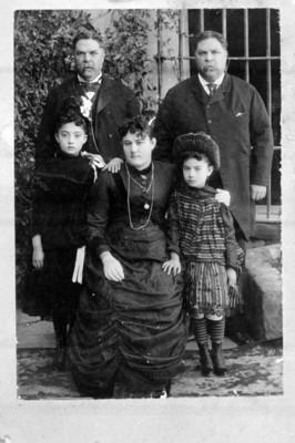 Familia en un jardín, retrato de grupo