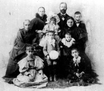 Grupo familiar posa para retrato