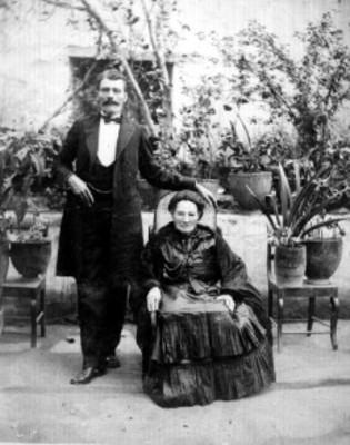 Mujer y hombre posan para retrato en jardín