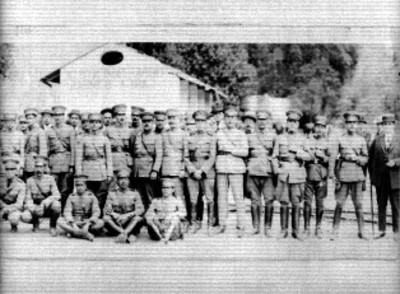 Miembros del ejército nacional reunidos para fotografía, retrato de grupo