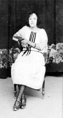 Mujer sentada sobre silla, posa para fotografía, retrato