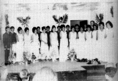 Jóvenes durante ceremonia de graduación, retrato de grupo