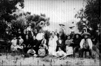 Hombres y mujeres reunida en campo posan para fotografía, retrato de grupo