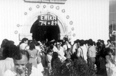 Quinceañera y feligreses fuera de la capilla de San Juan Bautista en San Juan Tizahuapan