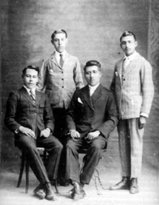 Hombres en estudio fotográfico, retrato de grupo