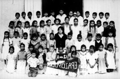 Maestra posa junto a alumnos de segundo año de primaria
