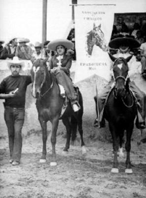 """Hombres y mujeres de la """"Asociación de Charros de Epazoyucan Hidalgo"""" posan para retrato"""