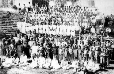 Niños y niñas de la escuela oficial posan para fotografía, retrato de grupo