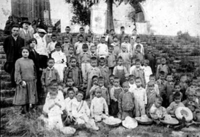 Niños y niñas reunidos con maestros para fotografía escolar, retrato de grupo