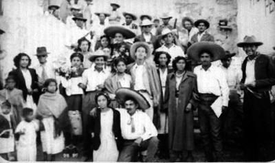 Gente en las escaleras del Convento de Epazoyucan, retrato de grupo