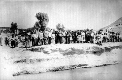 Grupo de personas reunidas junto a río
