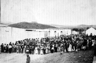 """Multitud reunida frente a la """"Escuela oficial de niñas Plutarco Elías Calles"""""""