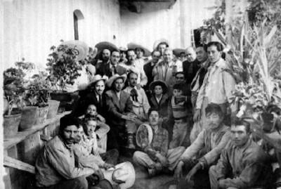 Grupo de hombres posan para retrato en un pasillo