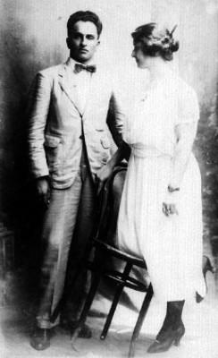 Hombre y mujer posan para fotografía, retrato