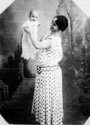 Mujer levanta bebé en brazos para fotografía, retrato