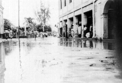 Vista de una calle con gente después de inundación