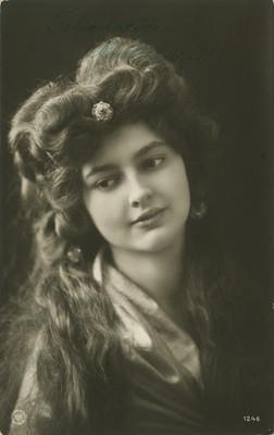 Mujer con el rostro inclinado a la izquierda, retrato, tarjeta postal