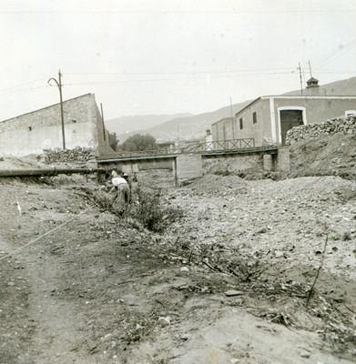 Hombres realizan trabajos de escombro a la altura del puente Belisario Domínguez