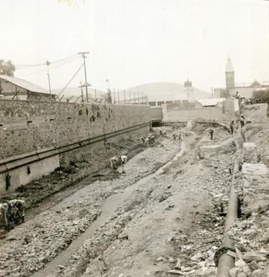 Trabajadores realizan obras en un tramo del Río de las Avenidas