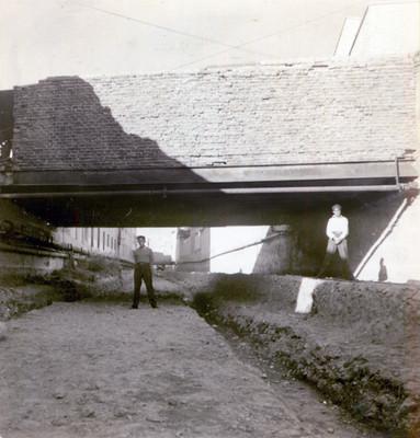 Hombres en el puente Mina, visto de norte a sur, retrato