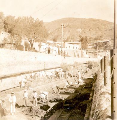 Trabajadores en el tramo del Río de las Avenidas antes de llegar a la Hacienda de Loreto