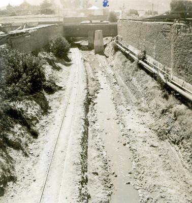 Obras de desazolve del Río de las Avenidas a la altura de un puente