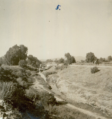 Arroyo a orillas de un poblado, paisaje
