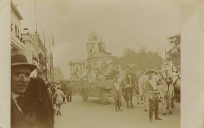 Vista de un carro alegórico durante las fiestas del Centenario