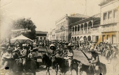 Revolucionarios en el zócalo de Zamora, Michoacán, tarjeta postal
