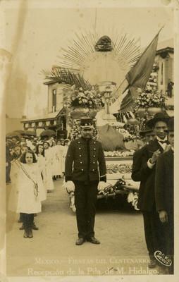 """""""Recepción de la Pila de M. Hidalgo"""" durante las fiestas del centenario en la avenida Buenavista, tarjeta postal"""