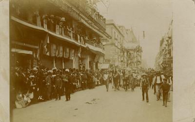 Carro alegórico de La Banca desfila por calles del centro histórico, tarjeta postal