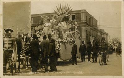 Carro alegórico de la Justicia durante desfile del centenario, tarjeta postal