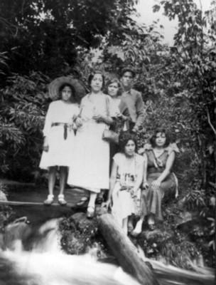 Grupo familiar posa en una cascada
