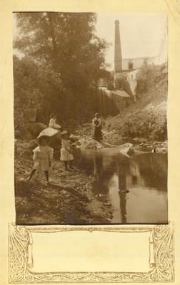 Mujeres y niñas junto a un río, paisaje