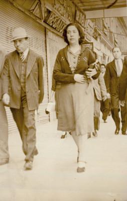 Retrato de una mujer a su paso por una calle