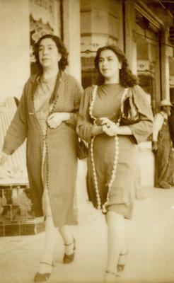 Dos mujeres caminan por una calle, tarjeta postal