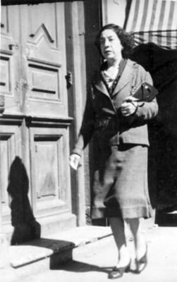 Mujer con traje sastre camina por una calle, retrato