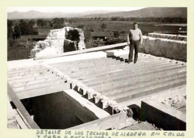 """Hombre sobre los """"techos de madera en celda"""" de un exconvento"""